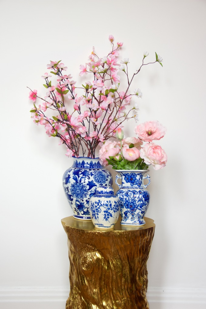 blue and white china porcelain pottery vase jar chinoiserie gold wood stump table 1