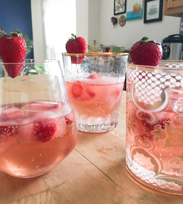 Canada Day summer mocktail alcohol free sparkling apple pomegranate juice 7 up strawberry ice cubes drink
